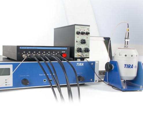 Система управления вибростендами с вибростендом, усилителем мощности и усилителем заряда