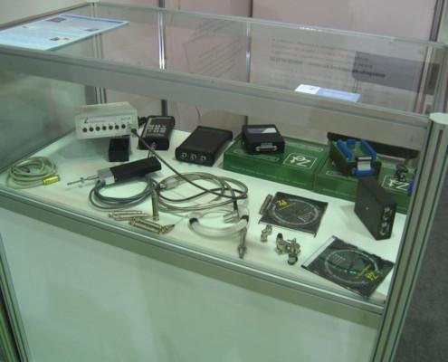 на стенде представлены платы АЦП, шумомеры, виброметры, регистраторы данных, сейсморегистраторы, микрофоны, акселерометры и вибродатчики