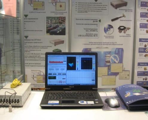 Всё очень просто: акселерометр подключается к анализатору спектра, анализатор спектра - к ноутбуку...