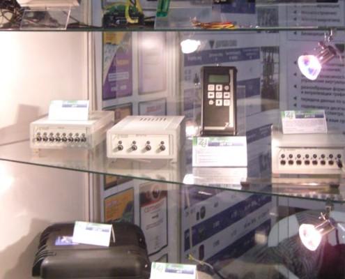 На этом стенде представлены: осциллограф, тензостанция, сейсмостанция, шумомер, сейсмодатчик и т.д.