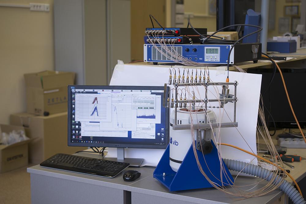 Стенд для комбинированных испытаний изделий определение вибрационной прочности и статического напряжения