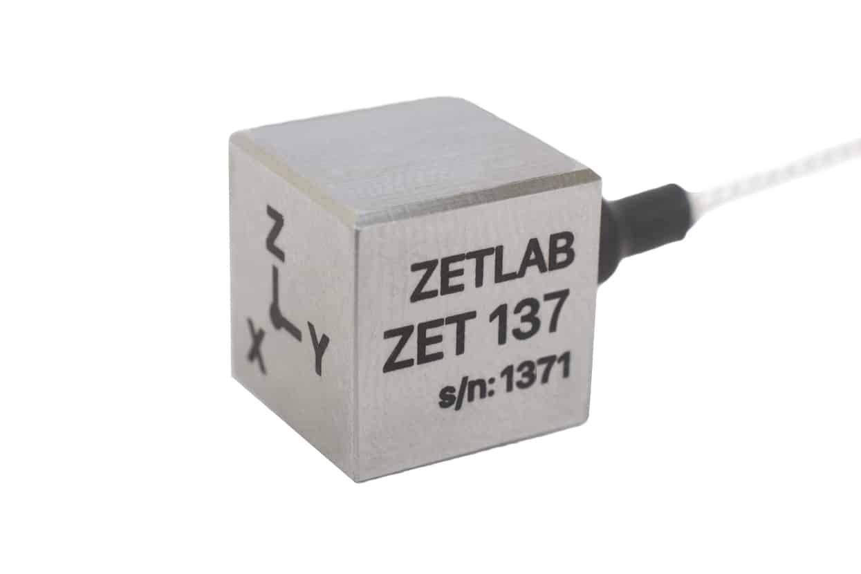 Trehkomponentnyiy-akselerometr-eskostrogo-tipa-ZET-137-2